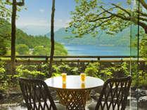 【ロビーイメージ】赤谷湖を一望するロビー。湖畔の景色を眺めながら優雅なひとときを