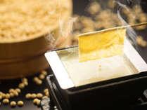 ■料理一例■汲み上げ湯葉。出来立て湯葉を自分で掬い上げる ※夏季は冷やし湯葉に変更となります。