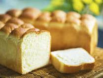 """■朝食■豆乳パン。焼きたて""""ふわっふわ"""" 優しい甘みが人気の豆乳パンは朝食はもちろん、お土産販売も"""