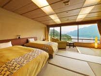 """■湖側◇和室ベッドルーム■""""赤谷湖の景色""""が旅情を醸し出す"""