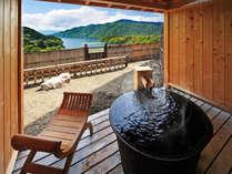 ■露天風呂つき客室-風人-■石庭を囲み鋳鉄製露天風呂からの絶景を優雅に愉しむ──…。