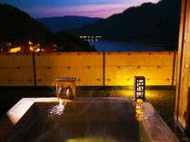 ■檜の露天風呂つき貴賓室-風花-■石庭から赤谷湖を眺めながらゆっくりと入れる露天風呂