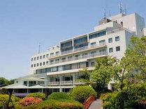 庭園から望むホテル全景写真