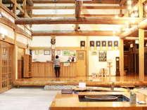 茅葺きの本館内にはフロントのほか囲炉裏、そば処、土産店、機織りなどがございます