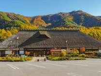 日本一大きなかやぶき屋根。日本昔話にタイムスリップしたような懐かしい風景が広がります。
