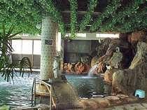 *【大岩風呂】館内最大の湯船がコチラ。湧きたて新鮮な温泉が どばどばーっと注がれてます!