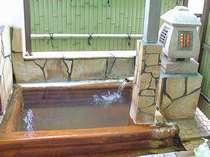 客室の露天風呂。川を眺めながらのんびりと。
