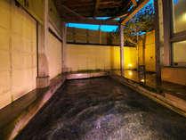 ■露天風呂■ほんわか湯気が肌をすべり、なめらかな湯の温もりが体の芯まで包み込む天然温泉です。