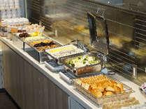 和食・洋食のビュッフェスタイルの朝食をご用意しております。 ぜひご利用くださいませ。