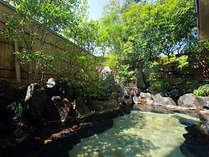 大浴場「紅柄」に併設の露天風呂。お風呂は男女入替制。また姉妹館「旅亭 山の井」の入浴も楽しめます。