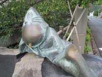 ねずみおことのブロンズ像。お昼寝中なのか、のんびりしています。