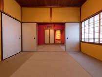 赤色や黄色で包まれた純和室造りな寝室。意匠を楽しむことができる空間です。