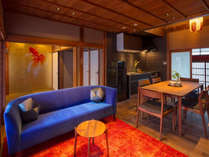 朱色のラグが華やかに彩ります。ゆったりとくつろげるソファから坪庭を眺められます。