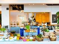 潮風の朝食/沖縄のフルーツや野菜が並ぶ色とりどりのビュッフェコーナーは見ているだけでも幸せに。