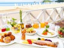 潮風の朝食/潮風が心地よいテラス席で、パートナーと非日常の朝食タイムをお愉しみいただけます。