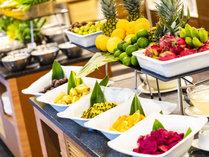朝食ビュッフェ/南国フルーツのパイナップルやライチなど、種類豊富にご用意しております。