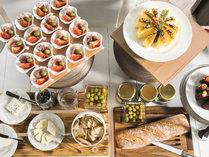 潮風の朝食/スパークリングワインに合うバケットやチーズ、オリーブなどのアペタイザーをご用意。