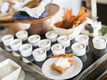 潮風の朝食/シェフが作るオムレツのほかに、エッグベネディクトでも有名なポーチドエッグをご用意。