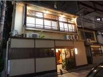 京都駅から徒歩5分。純和風旅館藤家旅館へようこそ。猫女将りりーがお出迎え。