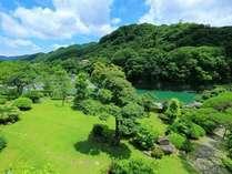緑鮮やかな日本庭園と荒川の風景
