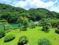 7月頃の客室から見た庭園・岩畳。全客室からこの長瀞渓谷の自然を堪能できます。