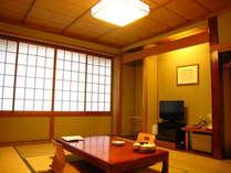 【富士山を望む和室10畳の客室】障子を開ければ絶景の富士山が迎えてくれる。