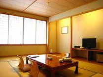 【富士を望むゆとりある広さの和室12畳の客室】障子の向こうには見守るように雄大な富士がそびえたつ。