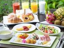 和洋のメニューを中心に地元沖縄の味も取り入れ、バラエティ豊富に取り揃えた朝食ブッフェ。