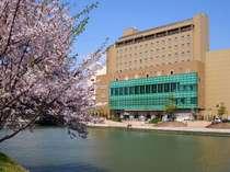 ※桜の季節♪ホテル周辺には桜の木がたくさんあります!川側のお部屋からもご覧いただけます♪