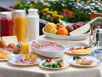 バランスのとれた和洋朝食バイキングです。河畔に面したレストランでゆったりとお過ごしください。