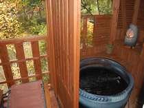特別室のテラス露天風呂はお二人サイズ