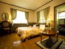 テラス露天風呂付特別室にはゆったりソファなど設備も特別