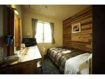 CLT棟禁煙シングルルーム : 樹木のぬくもりが感じられるCLT棟で、ごゆっくりお過ごしください。