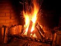 大きな暖炉に灯る暖かな炎 心も体も癒されます