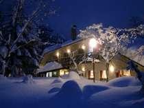 雪に覆われる山麓館、森には凛とした時間が流れます