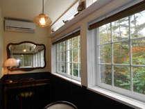 サンルーム付き6畳和室 アンテイークな雰囲気のサンルーム