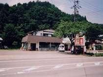 国道156号線沿いにある憩荘の外観