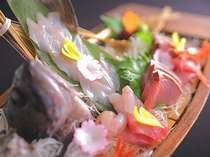 12_【追加を楽しむ舟盛基本料理_楽】プリップリ。この舟盛が2人前。お刺身好きにはたまらない