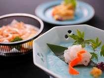 富山湾の宝石・人気の白エビ料理3品。蕩ける甘さ白エビの刺身、深いコクの昆布〆、サクサクの唐揚