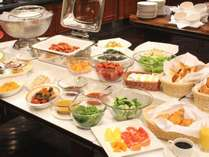【朝食】バイキングレストラン、新鮮なサラダやヨーグルト、中島屋特製のカレーなどご用意しております。