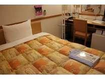 ワイドなベッドでゆったり過ごせるシングルのお部屋