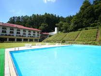 ホテル中庭の屋外プール(夏季限定営業)