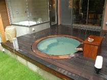 風呂例・かりんの木を使った露天風呂。お湯がエメラルドグリーンに見える