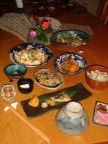 夕食の一例…オーナーシェフの沖縄料理はリピーターが多く好評。暖かいぬくもりの琉球の器でどうぞ。