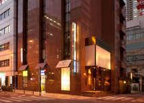 ホテルまではJR大阪駅御堂筋北口より徒歩5分!コンビニも近く、便利な立地です。