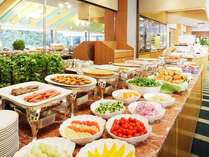 【朝食】緑豊かな日本庭園を眺めながらゆったりと朝食ブッフェを。⇒「テラスレストラン」