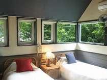 窓が広く天井が高い、開放的な客室一例。夜には満天の星が見られるかも