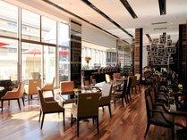 【カフェ】大きな窓ガラスから差し込む自然光が開放感を演出