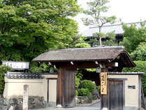 ◆外観◆渡月橋すぐの好立地。嵐山観光はもちろん、京都市街観光の拠点にも最適♪