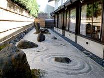 ◆石庭◆和室6畳のお部屋からご覧いただける風情ある石庭。